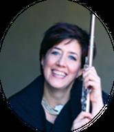 Una mujer guapa que tiene una flauta trasversal